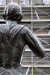statue-vor-geruest